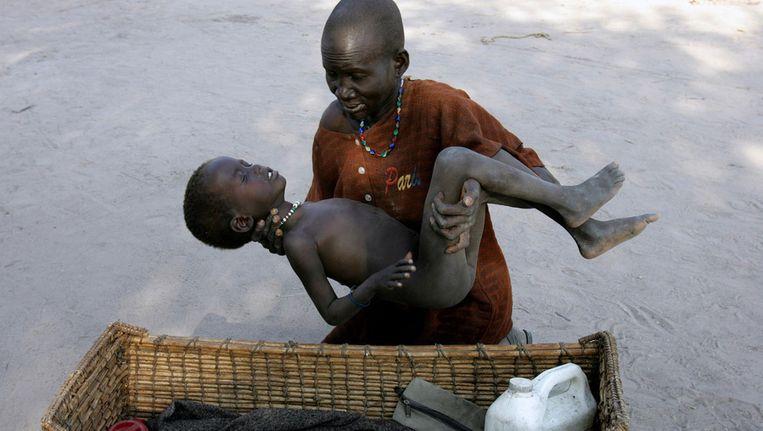 Sudanese moeder plaats haar aan malaria lijdende zoon in een mandje om hem naar Artsen Zonder Grenzen te brengen. Waarnemingen tonen aan dat de malariamug de mens voortdurend om de tuin leidt. Beeld ap