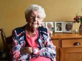 Anneke Weterings uit Dongen blaast 105 kaarsjes uit - ondanks 3 pakjes sigaretten per week