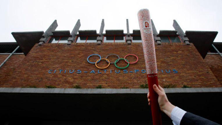 De Olympische toorts voor het Olympisch Stadion in Amsterdam. Archieffoto 2008 Beeld