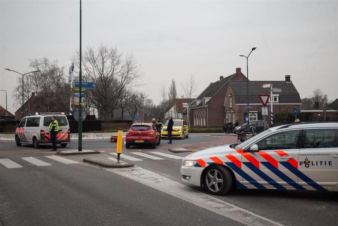 Fietser geschept door auto in Etten-Leur. Foto Alexander Vingerhoeds