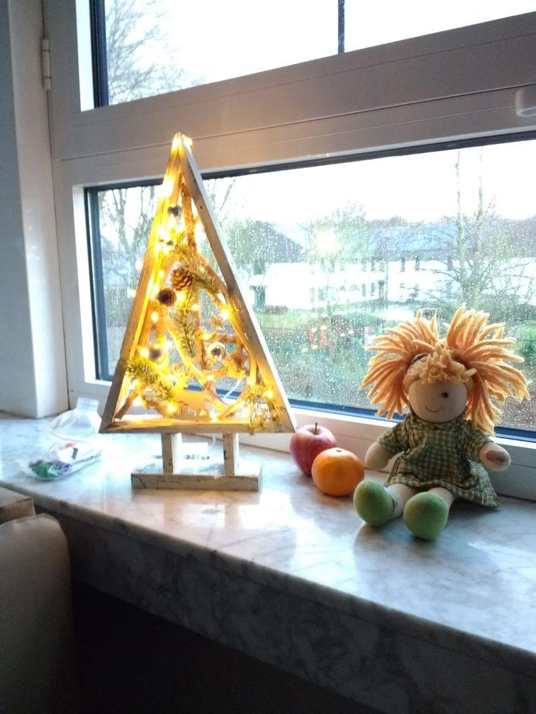 Vader Benny Kruisselbrink nam een houten kerstboompje mee naar het ziekenhuis in Antwerpen om de kamer van zijn dochter nog 'een beetje gezellig' te maken tijdens kerst.