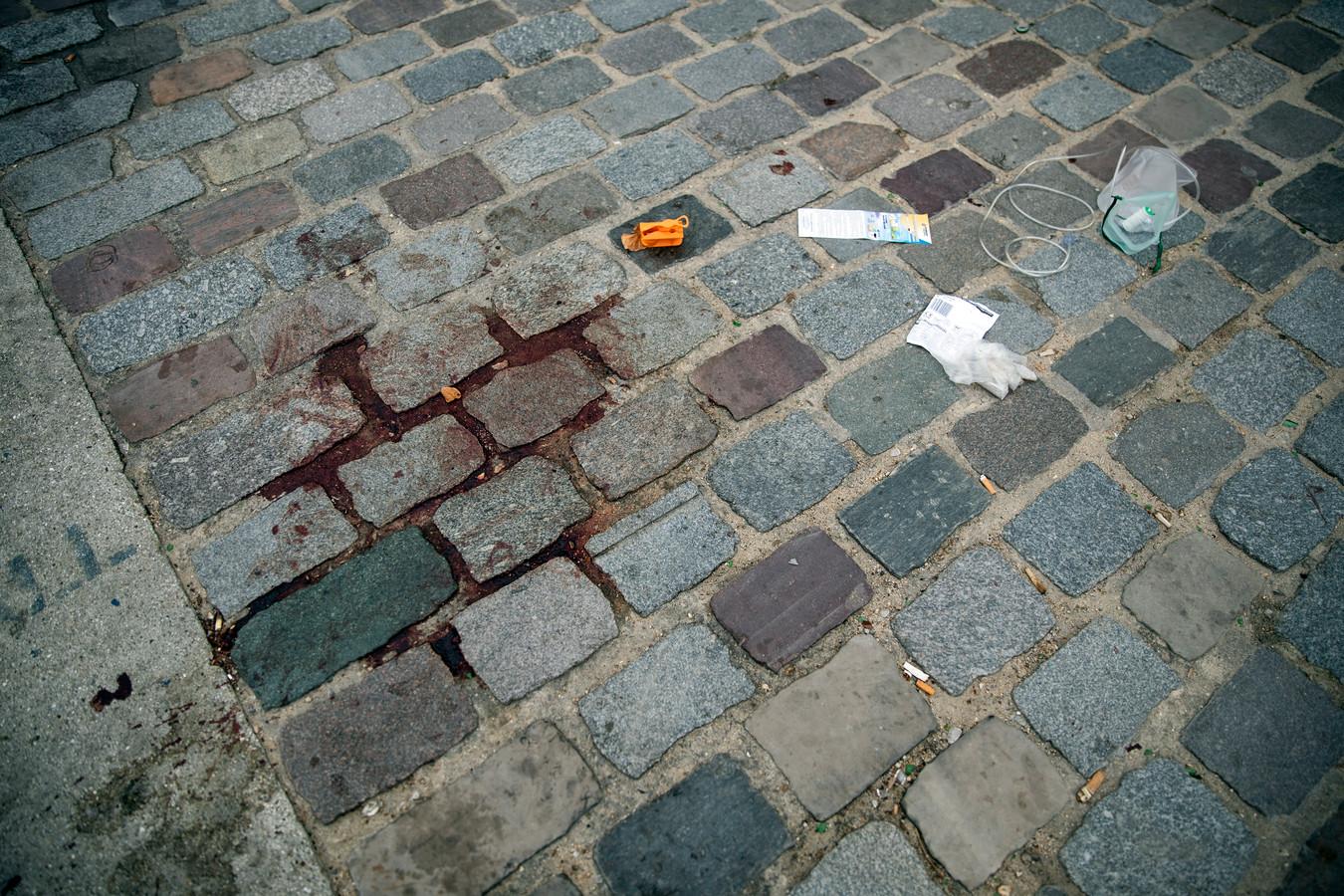 Bloed en medische hulpmiddelen zijn de stille getuigen van de steekpartij gisterenavond