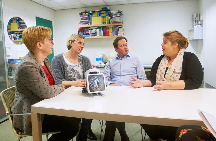 Huisartsen vlnr. Ilse van Sonsbeek, Astrid Faassen, Loek van Cruchten en Brenda de Zwaan in gesprek over de verhuisplannen naar de Cereslaan in Heesch.
