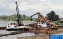 Archiefbeeld uit 2012 waar aan de IJsseloever nog een deel van de vervuilde grond van het Olasfaterrein werd weggegraven.