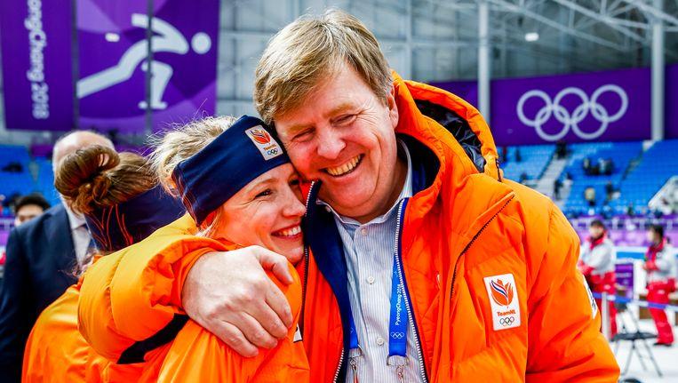 Koning WIllem-Alexander feliciteert Carlijn Achtereekte in de Gangneung Oval na de 3000 meter Beeld null
