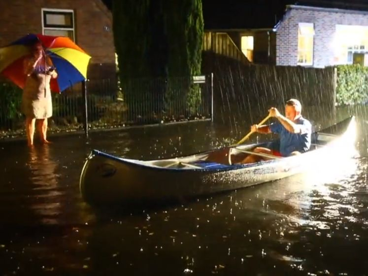 Het beste maken van wateroverlast: kanoënd door de straat