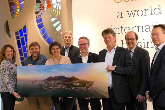 Van rechts naar links:  Fons de Zeeuw (Oost NL), Freerk Faber (WTC Twente), Bernold Kemperink (Oost NL), EZ wethouder Gerrits (Hengelo), Henk van den Graven (Hengelo), twee eigenaren Noord-Kaap Water en Marie-José Nassette (WTC Twente).