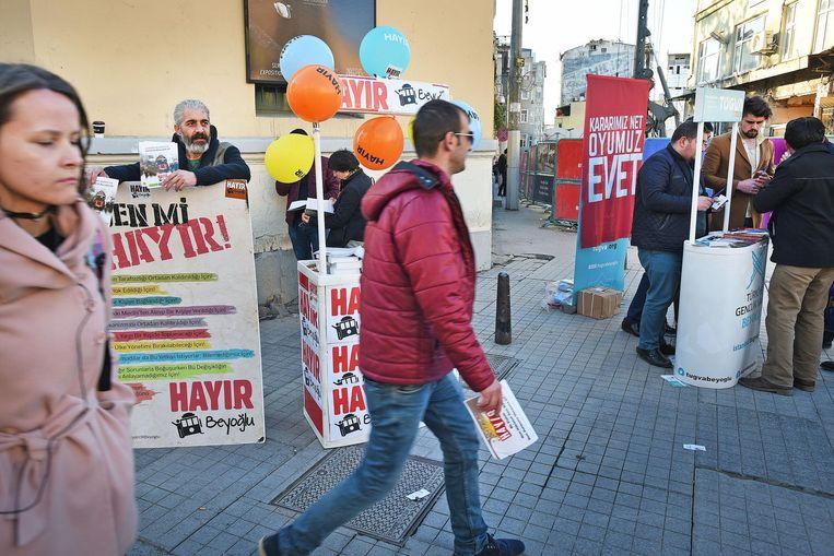 Voor- en tegenstanders, Evet en Hayir, staan naast elkaar in het centrum van Istanbul. Beeld Guus Dubbelman / de Volkskrant