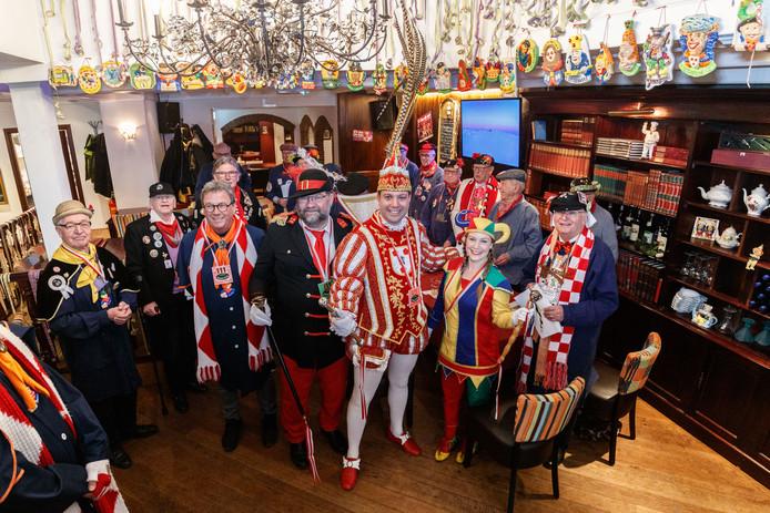 Prins Markus feliciteert de Heerensociëteit met rechtsvoor Amicitia-voorzitter Theo Gieles.