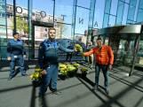 Tulpen als dank voor handhavers en jongerenwerkers Enschede