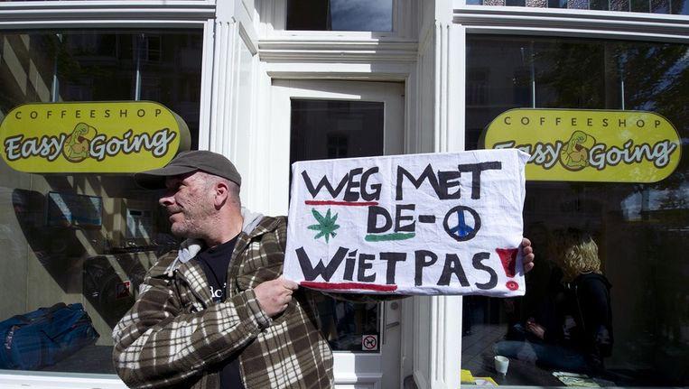 Een demonstrant voor de deur van coffeeshop Easy Going in Maastricht. Beeld ANP