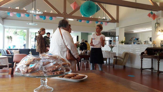 Lieselot Korsten staat twee bezoekers te woord.