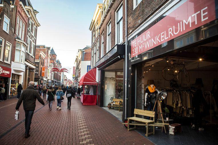 Een leegstaand winkelpand staat te huur in het centrum van Leiden. De opkomst van internet en de crisis hebben het fysieke winkellandschap geen goed gedaan. Beeld ANP