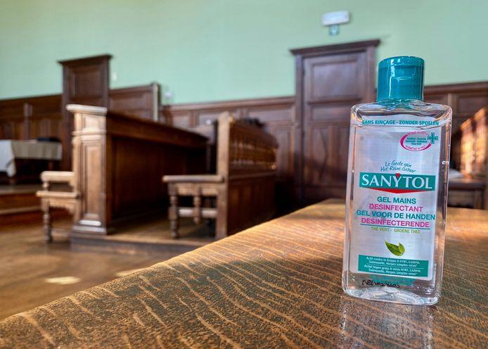 MECHELEN - Een busje handgel om de handen te desinfecteren op de rechtbank van Mechelen
