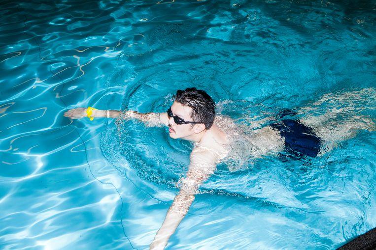 Pete Wu: 'Tijdens de eerste lessen bleek dat vrijwel iedereen al een beetje kon zwemmen. Alleen ik en mijn nieuwe schoolvriend Ibrahim deden het voor het eerst.' Beeld Hilde Harshagen