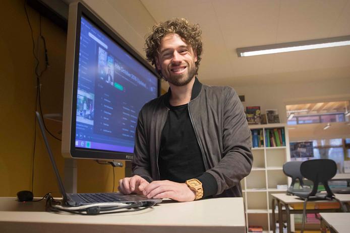 Jesper Hesseling laat in zijn klaslokaal in de Winssense basisschool De Wegwijzer zijn populaire Spotifyplaylist zien.