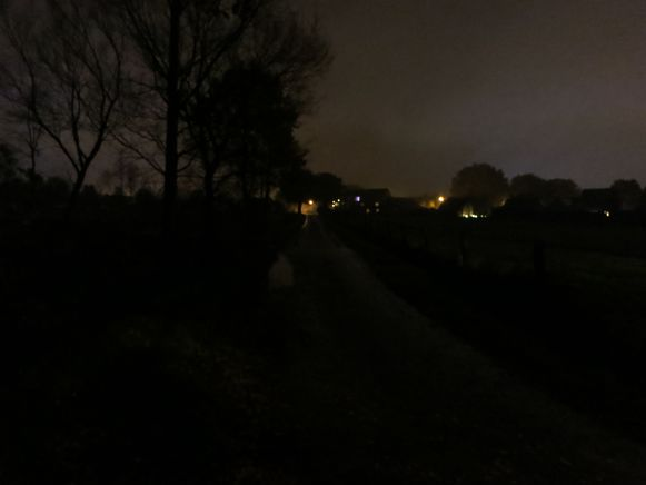 Zonder verlichting is de Voetbalstraat 's avonds erg donker.