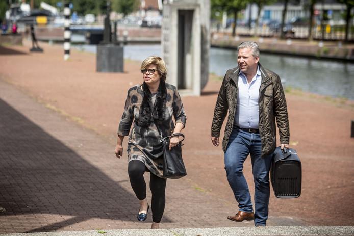 Philippe Schol (rechts) is een bekende advocaat en curator in Twente. Hier op een archieffoto komt hij aan bij de rechtbank Almelo met één van zijn cliënten, Brigitte van Egten.