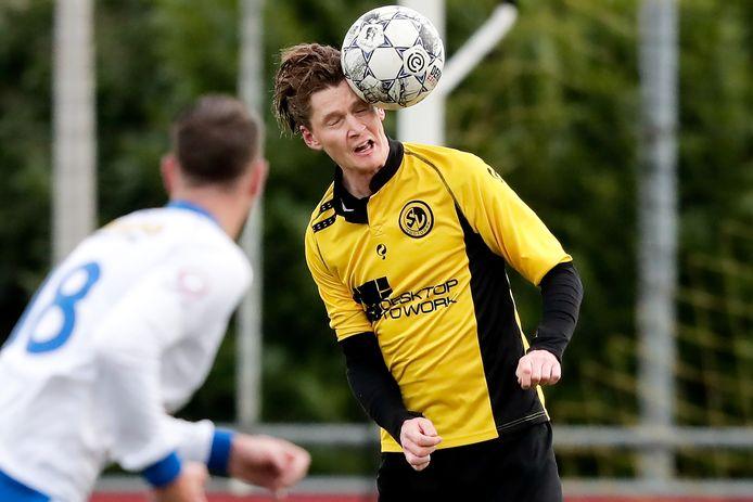 Peter Korteling kopt de bal weg. Hij had een frustrerend jaar met SV Nootdorp.