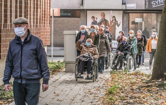 Het vorige dagverzorgingscentrum in de Sint-Sebastiaanslaan achter het station sloot maandagochtend, waarna het in stoet naar het nieuwe dagverzorgingscentrum op het Sint-Jansplein in de Sint-Janswijk ging.