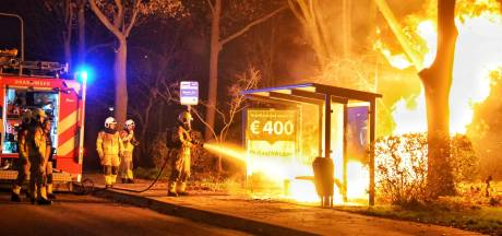 Bushokje in Bergen op Zoom gaat in vlammen op door vuurwerk en jerrycan met 20 liter brandstof