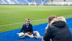 Supporters maken lentefeest- en communiefoto's in decor van KRC Genk