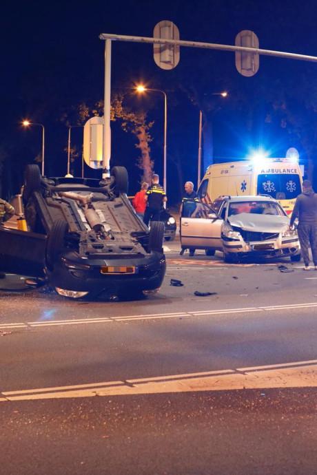 Auto belandt op kop bij botsing in Ede, vrouw gewond