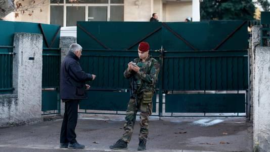 Een Franse soldaat beveiligt de toegang tot een joodse school in Marseille nadat een tiener met een machete een joodse leraar aanviel.