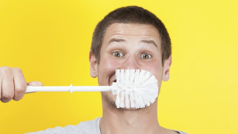 Poetsen we echt onze tanden met de poepresten van een huisgenoot? Beeld thinkstock