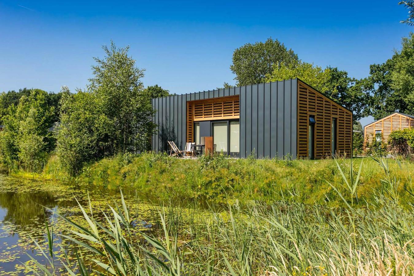 De werknemers van &samhoud gaan om de beurt drie dagen 'thuiswerken' vanuit zo'n woning in de natuur van Loosdrecht.