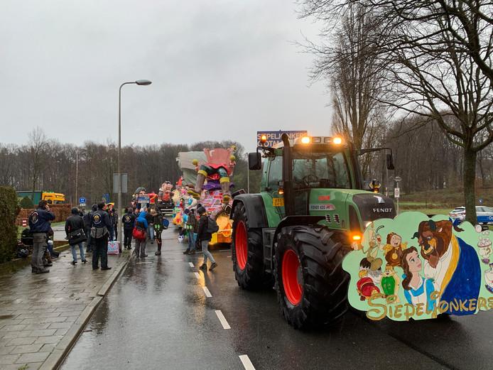 Diverse praalwagens meldden zich al in alle vroegte in Oldenzaal.