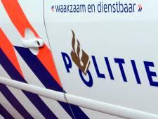 Auto knalt tegen gevel na achtervolging door politie