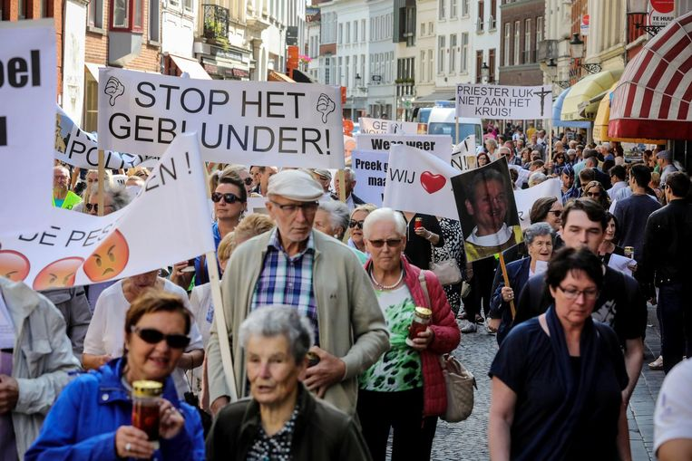 Met spandoeken, foto's en kaarsen trekken de actievoerders door het Brugse centrum.