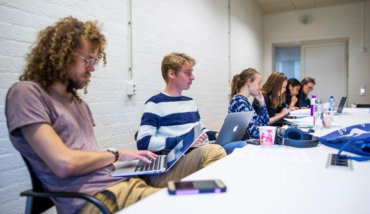 Tweedejaars studenten Nederlands van de VU tijdens een college. Beeld Freek van den Bergh / de Volkskrant