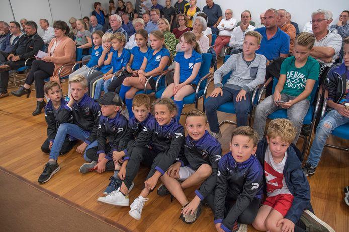 Jonge voetballertjes van fusieclub EGS in het stadhuis tijdens de raadsvergadering over het  nieuw sportcomplex Kranenhof.
