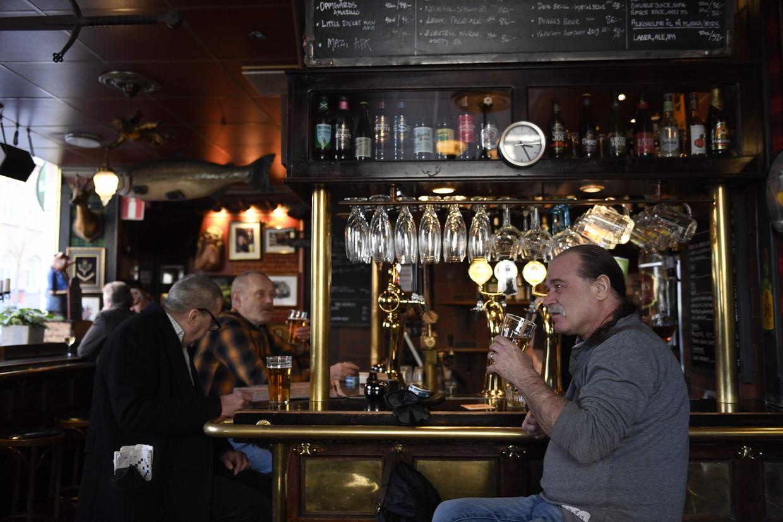 De 'Half Way Inn' in het centrum van Stockholm. Deze foto is gemaakt op 23 maart, maar nog altijd zijn de kroegen en restaurants geopend.