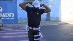 Braziliaanse agent regelt al dansend het verkeer