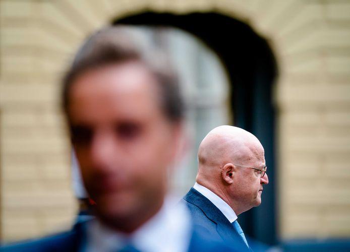 Minister Hugo de Jonge van Volksgezondheid, Welzijn en Sport (CDA) en minister Ferdinand Grapperhaus van Justitie en Veiligheid (CDA)  op het Binnenhof.