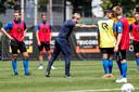 Trainer Adrie Koster instrueert zijn spelers.