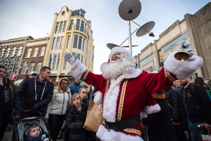 De kerstman in actie bij het Land van de Markt in Arnhem.