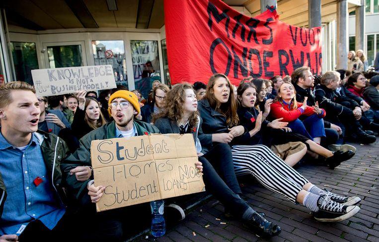 Een groep studenten bezet het P.C. Hoofthuis, het gebouw van de Universiteit van Amsterdam (UvA). Beeld anp
