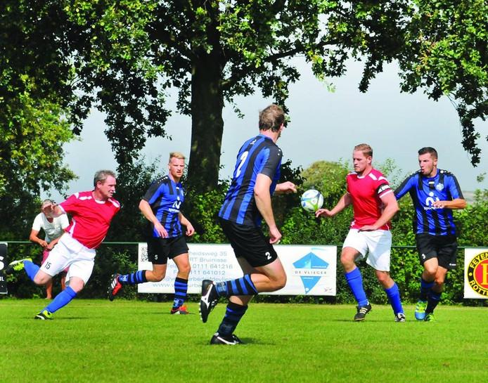 Rillandia-aanvoerder Stephan de Leeuw (tweede van rechts) probeert de bal onder controle te krijgen. FOTO: Marieke Mandemaker