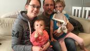 Moeder en dochtertjes belanden in gracht, bestuurder bestelwagen vlucht