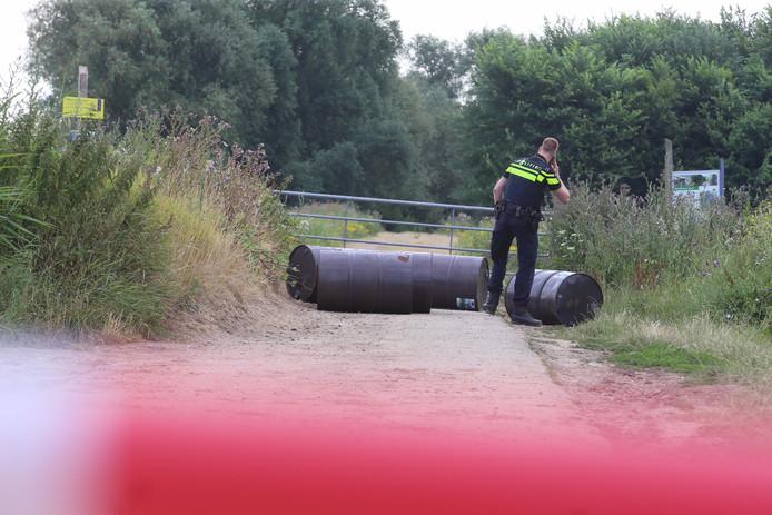 De drugsvaten zijn ontdekt langs de Gementweg in Hedel.