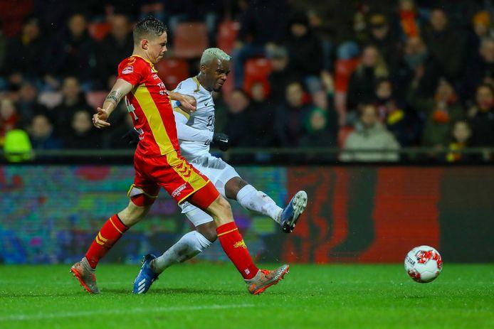 Bahebeck van FC Utrecht schiet.