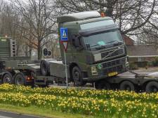 Legertruck schuift van dieplader in Veldhoven