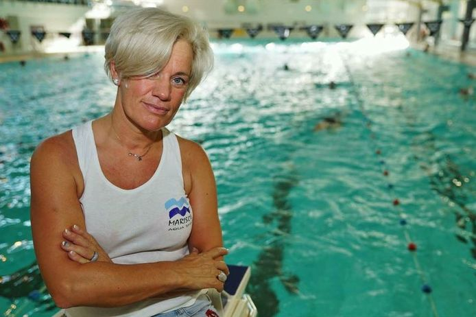 Zelfstandig zwemcoach Maria-Solange Mesot aan het zwembad in Puyenbroeck, de plek waar ze al 15 jaar succesvol haar eigen zwemschool uitbaat.