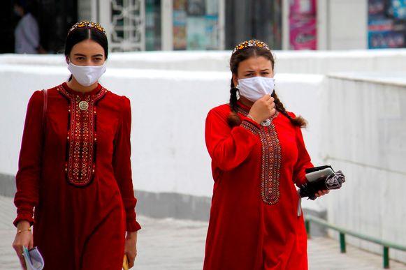 "Vrouwen in Turkmenistan dragen mondmasker nadat autoriteiten opriepen mondmasker te dragen vanwege ""stof""."