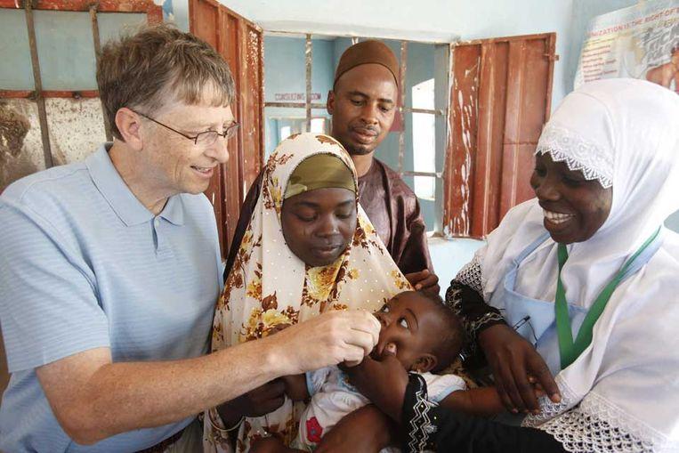 Bill Gates tijdens een inentingsactie in Nigeria, tegen polio. De miljardair steekt ook geld in een Nederlandse project voor de bestrijding van tbc. (Foto Bill and Melinda Gates Foundation) Beeld