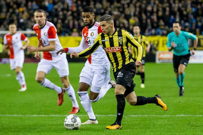 Vitesse neemt het initiatief. Onder leiding van Bryan Linssen worden de rollen in GelreDome omgedraaid. De Limburger groeit uit tot de man van de wedstrijd. Jeremiah St. Juste (links) kan, voor rust, alleen in de achtervolging.